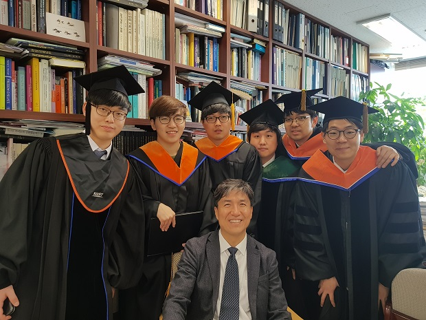 졸업생들과 교수님2.jpg