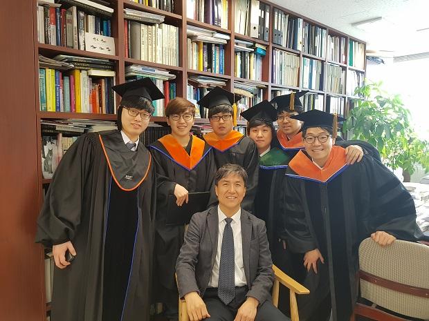 졸업생들과 교수님.jpg